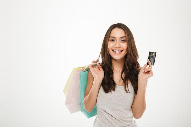 購入を購入し、白で分離されたクレジットカードで支払いと豊富でトレンディな女性の肖像画 無料写真