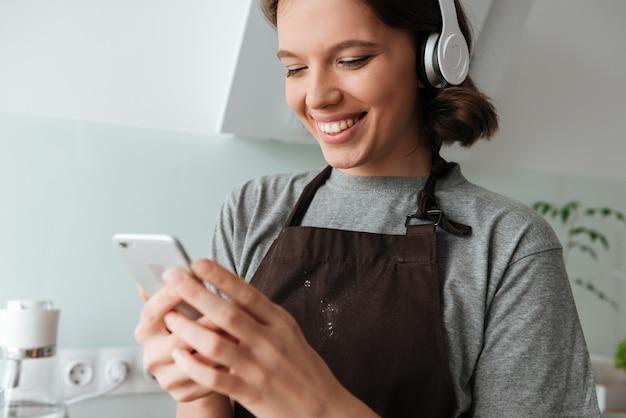 ヘッドフォンでかわいい若い女性の肖像画 無料写真