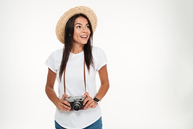 カメラを保持している帽子の魅力的な女性の肖像画 無料写真