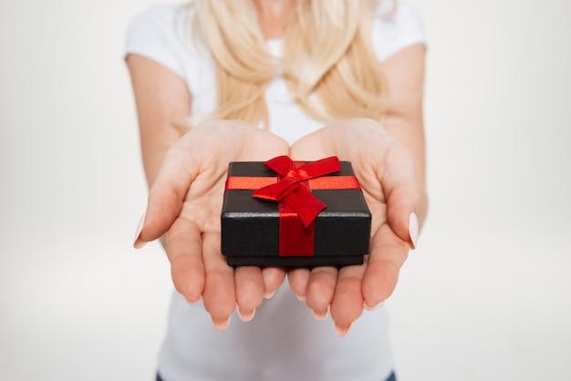 小さなギフトボックスを保持している女性の手のクローズアップ 無料写真