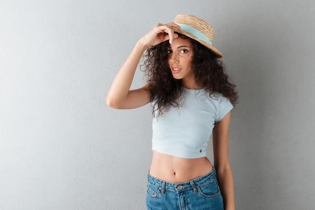 帽子のかなり巻き毛の女性 無料写真