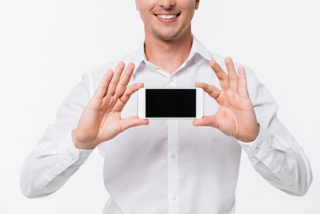 白いシャツに笑みを浮かべて男の肖像画を閉じる 無料写真