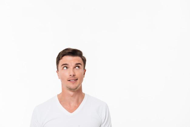 Крупным планом портрет случайного человека в белой футболке Бесплатные Фотографии