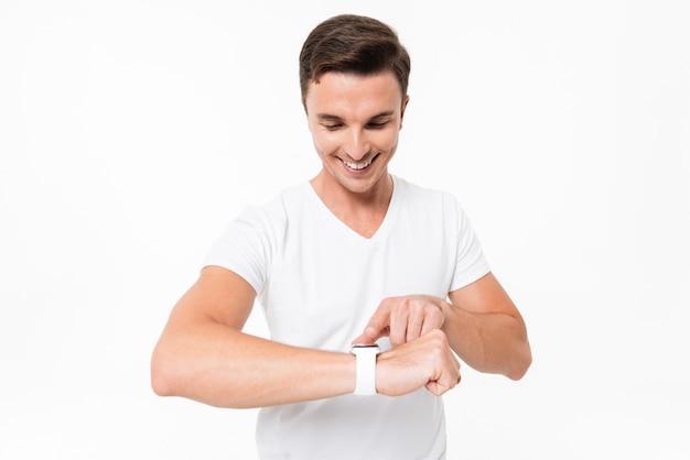 スマートな時計を使用してハンサムな現代人の肖像画 無料写真