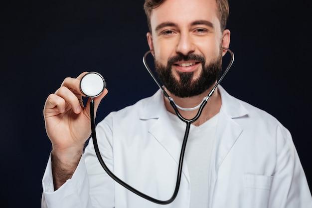 制服に身を包んだ幸せな男性医師の画像をトリミング 無料写真