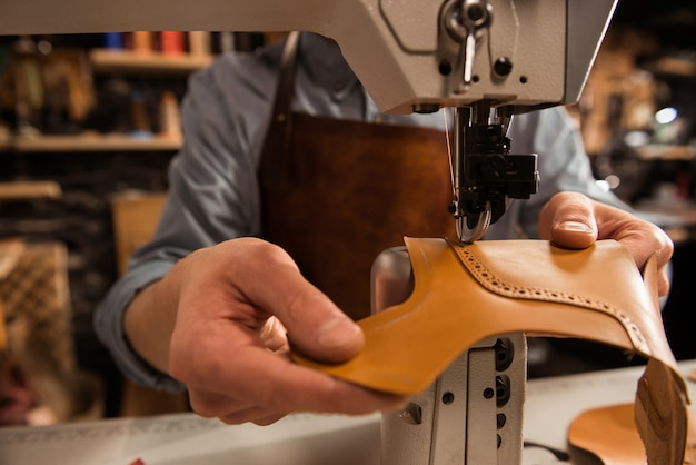 Человек сапожник шить кожаные детали Бесплатные Фотографии