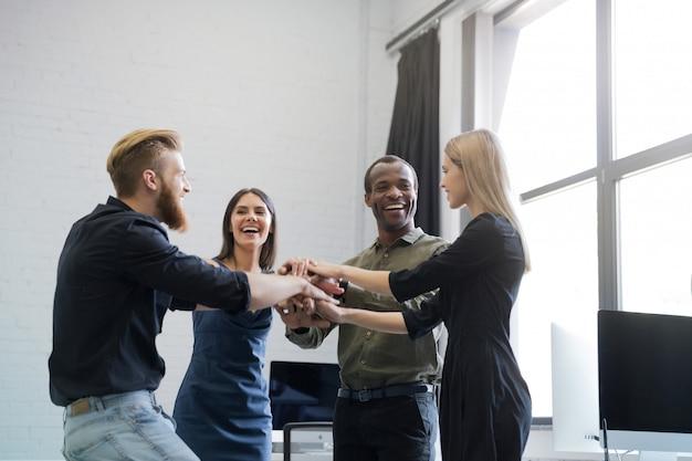 手を繋いでいる笑顔の同僚のグループ 無料写真