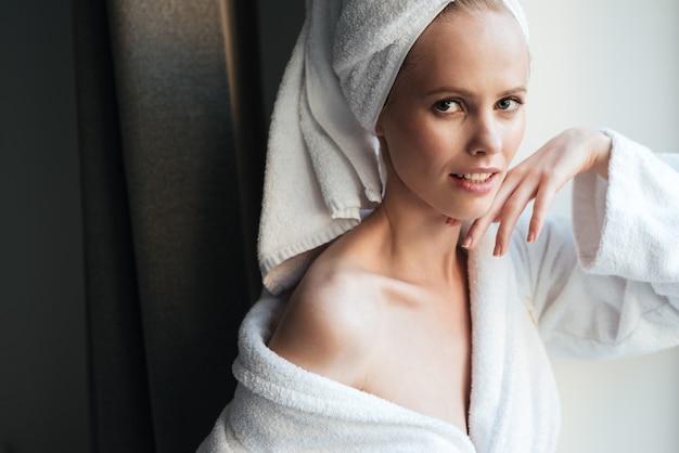バスローブで美しい健康な女性の肖像画 無料写真