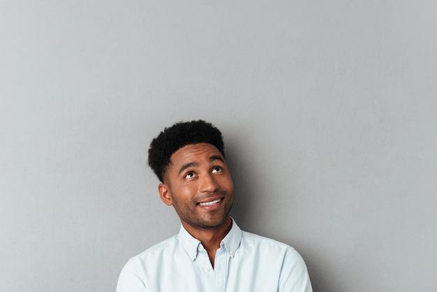 コピースペースを見上げて笑顔のアフリカ人 無料写真