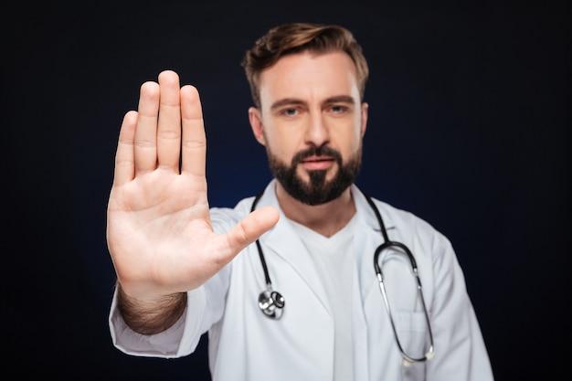Портрет уверенно мужской доктор, одетый в форму Бесплатные Фотографии