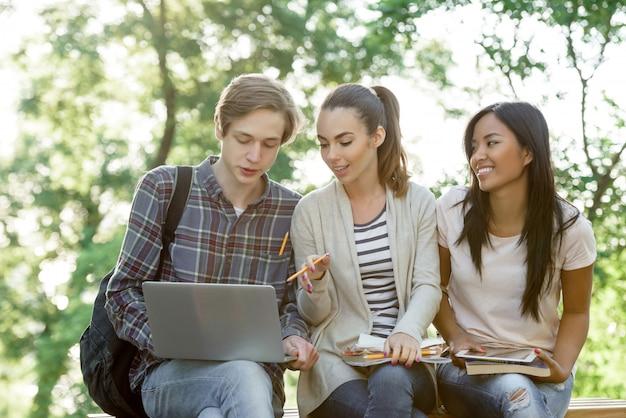 ラップトップコンピューターを使用して若い笑顔の学生の民族グループ 無料写真