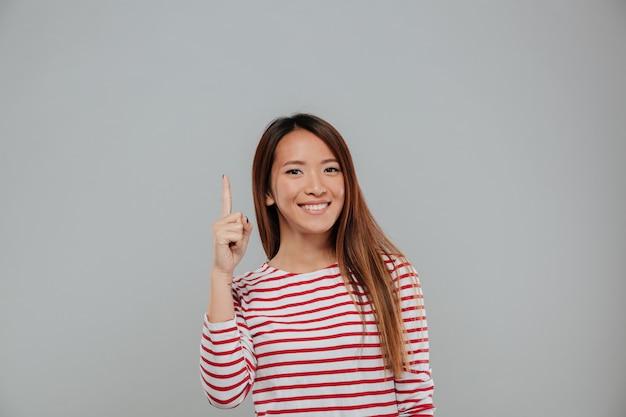コピースペースで幸せなアジア女人差し指 無料写真