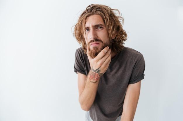 孤立した立っている白人のハンサムな若いひげを生やした男 無料写真