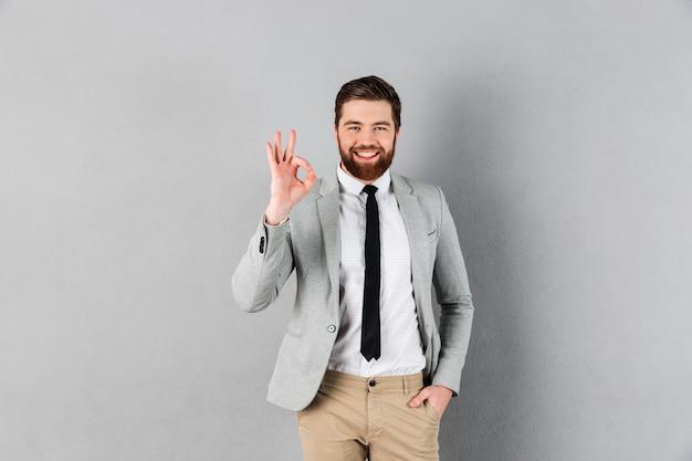 スーツに身を包んだ笑顔の実業家の肖像画 無料写真