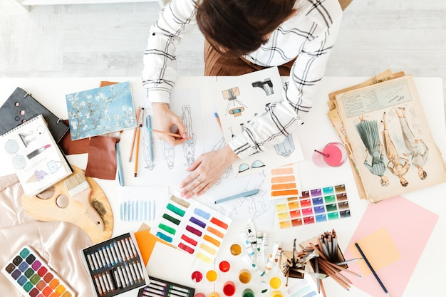 Вид сверху обрезанное фото молодой женщины моды иллюстратор рисунок Бесплатные Фотографии