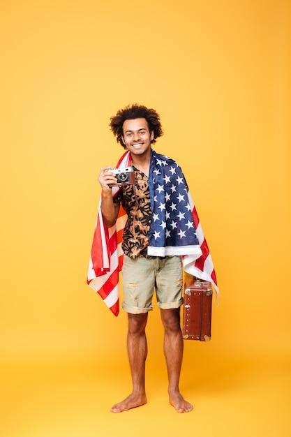Полная длина портрет улыбающегося африканского человека турист Бесплатные Фотографии