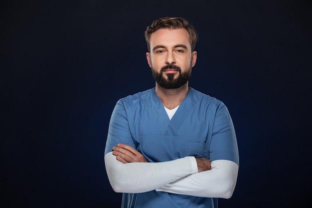 制服を着た自信を持って男性医師の肖像画 無料写真