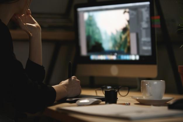 若い女性デザイナーの画像をトリミング 無料写真