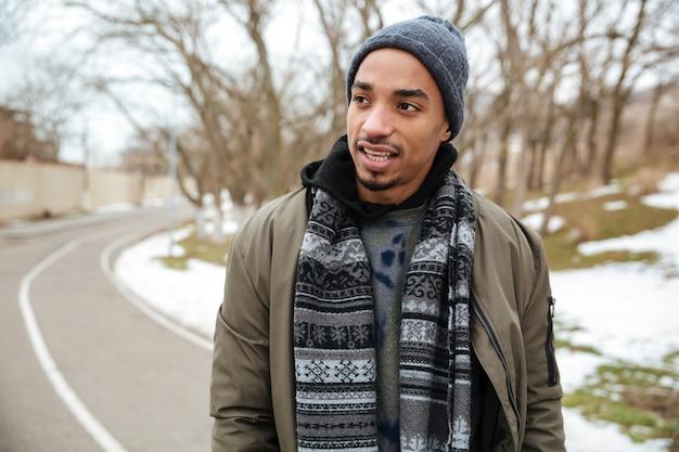 冬の道を歩いてアフリカの若い男 無料写真