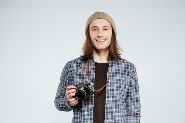 Улыбающийся хипстер с ретро камерой Бесплатные Фотографии