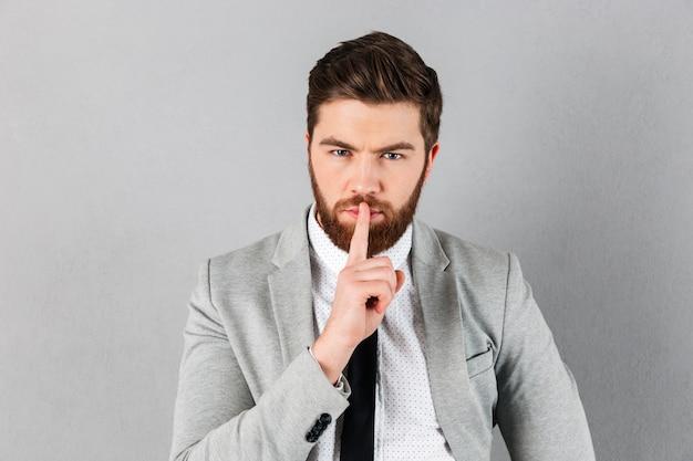 スーツに身を包んだハンサムな実業家の肖像画 無料写真