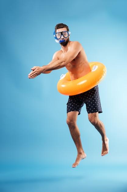 水泳サークルダイビングを持つ男 無料写真