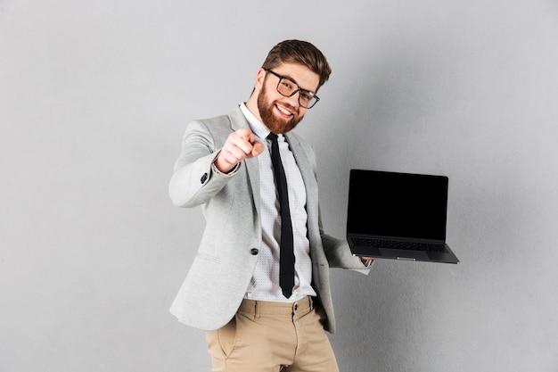 スーツに身を包んだ幸せなビジネスマンの肖像画 無料写真