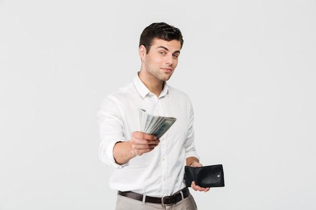 財布を持って成功した笑みを浮かべて男の肖像 無料写真