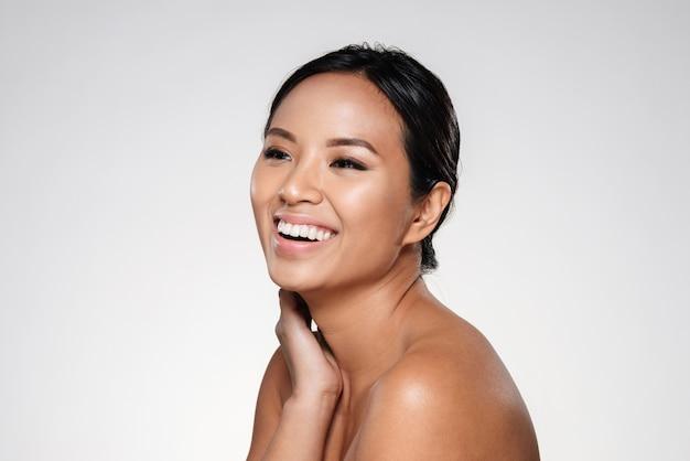 よそ見美しい笑顔のアジアの女性 無料写真