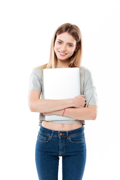 Молодая женщина, держащая портативный компьютер Бесплатные Фотографии