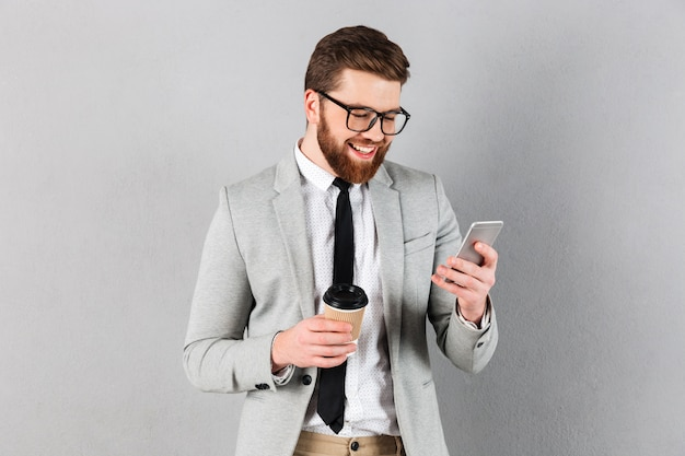 Портрет улыбающегося бизнесмена, одетый в костюм Бесплатные Фотографии