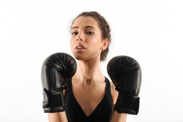 ボクシンググローブでかなり巻き毛のブルネットフィットネス女性 無料写真