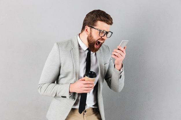Портрет яростного бизнесмена, одетого в костюм Бесплатные Фотографии