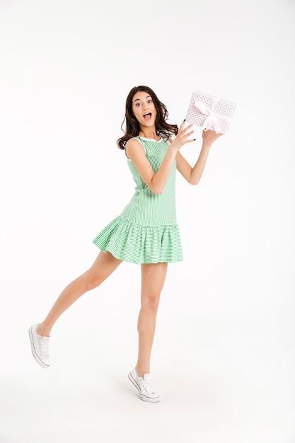 Полная длина портрет радостной девушки, одетой в платье Бесплатные Фотографии