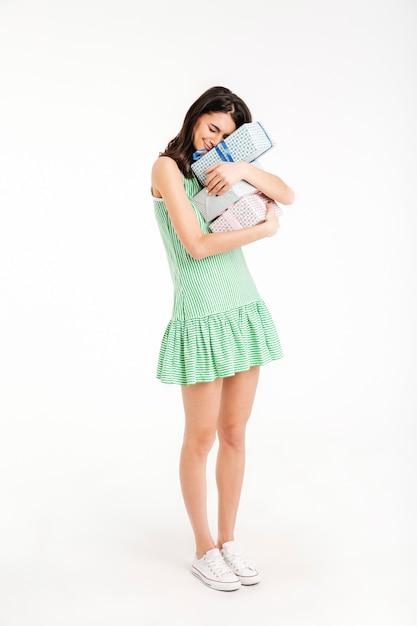 Полная длина портрет восторженной девушки, одетой в платье Бесплатные Фотографии