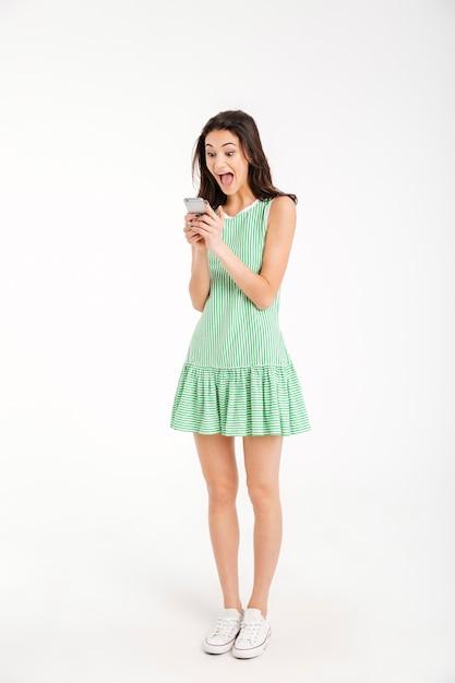 ドレスで興奮した少女の完全な長さの肖像画 無料写真