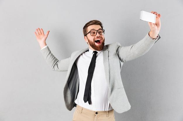 Портрет возбужденного бизнесмена, одетого в костюм Бесплатные Фотографии