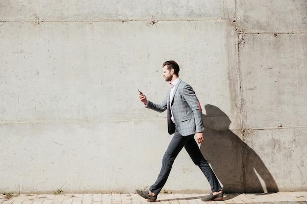 ジャケットの男の完全な長さの側面図の肖像画 無料写真