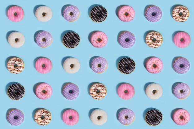 カラフルな甘いドーナツ、パターン構成 無料写真