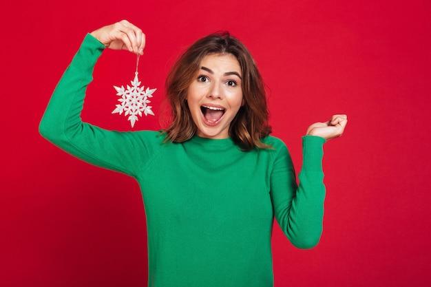 Счастливая молодая милая женщина держа снежинку Бесплатные Фотографии