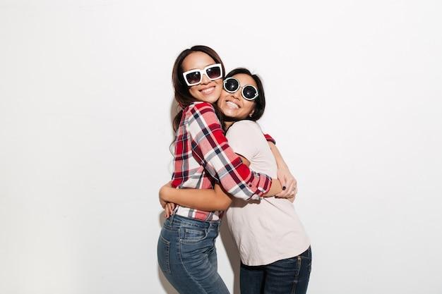 Две азиатские милые жизнерадостные сестры Бесплатные Фотографии