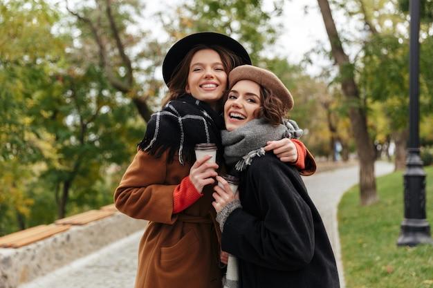 Портрет двух милых девушек в осенней одежде Бесплатные Фотографии