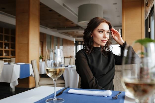 レストランの女性 Premium写真