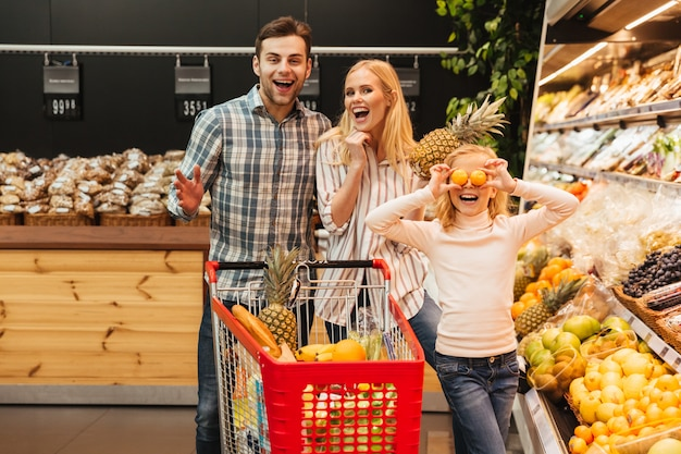 食料品店で食べ物を買う子供と幸せな家庭 無料写真