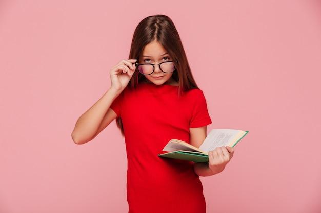 読みながらメガネを通して見るドレスで深刻な女の子オタク 無料写真