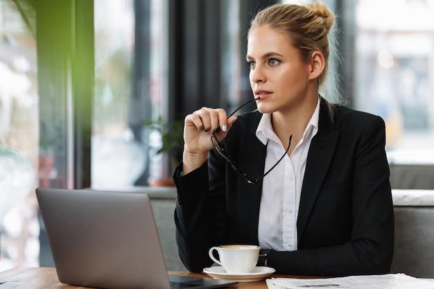 Серьезный бизнес женщина смотрит в сторону. Бесплатные Фотографии