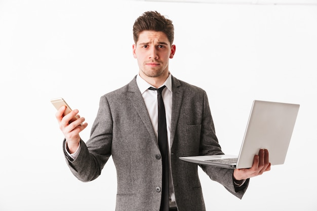 Портрет смущенного молодого бизнесмена Premium Фотографии