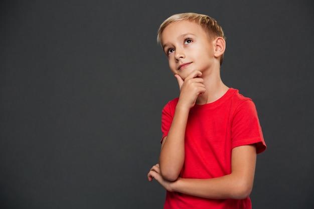 Вдумчивый милый маленький мальчик Бесплатные Фотографии