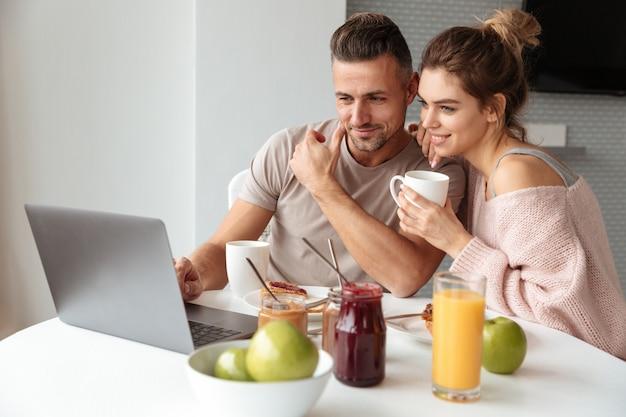 Портрет молодой любящей пары завтракает Бесплатные Фотографии