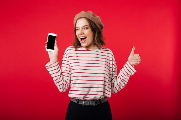 ベレー帽を着て陽気な女性の肖像画 無料写真